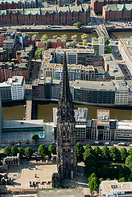 Luftaufnahme von St. Nikolai-Kirche, Hamburg I - p1493m1584449 von Alexander Mertsch