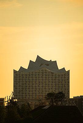 Das Konzerthaus Elbphilharmonie am Sommerabend aus Sicht der Elbbrücken, Hamburg - p1493m1584455 von Alexander Mertsch