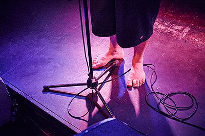 Musiker barfuß auf der Bühne - p1198m2168777 von Guenther Schwering