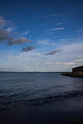 Seifenblasen am Meer - p1514m2089745 von geraldinehaas