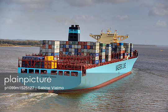 Containerschiff auf der Elbe bei  Anfahrt in den Hafen Hamburg  - p1099m1525127 von Sabine Vielmo