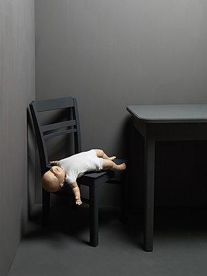 Puppe am Boden - p1052m925354 von Wolfgang Ludwig