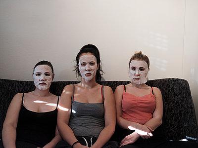 Freundinnen mit Feuchtigkeitsmaske - p1383m2045102 von Wolfgang Steiner
