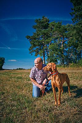 Mann mit Hund - p227m2008242 von Uwe Nölke
