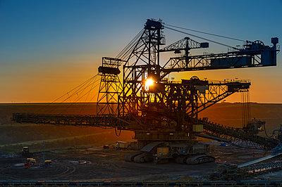 Germany, North Rhine-Westphalia, Juechen, Garzweiler surface mine, Stacker at sunset - p300m2059953 by Frank Röder