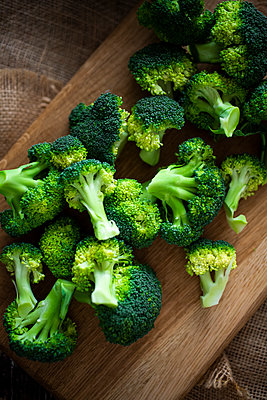 Chopped broccoli on cutting board - p300m2188661 by Giorgio Fochesato
