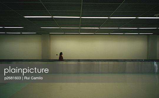 Frau auf Rollband - p2681603 von Rui Camilo