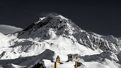 Black peaks - p1487m1564214 by Ludovic Mornand