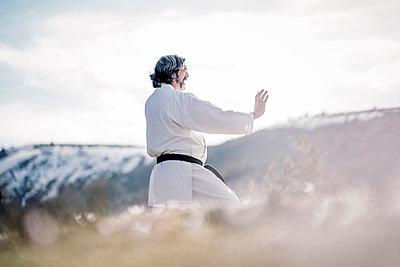 Senior man practicing karate outdoors - p300m2083792 von Oscar Carrascosa Martinez
