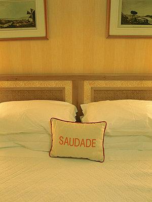 Hotelbett mit Kissen - p9791115 von Holger Gruss