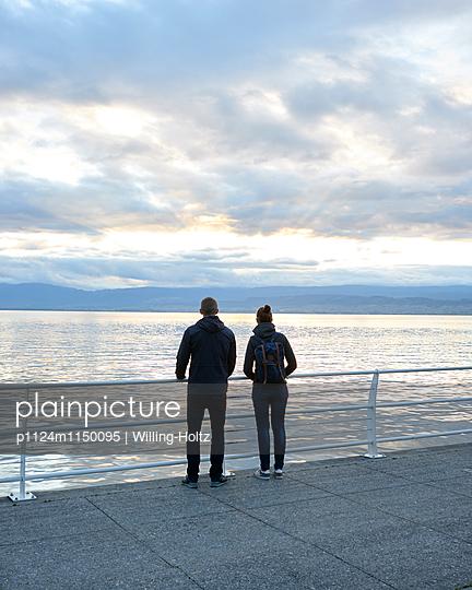 Paar blickt auf den Genfer See - p1124m1150095 von Willing-Holtz