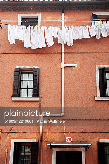 Washing on the line at house wall in Venice - p1609m2219661 by Katrin Wolfmeier