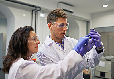 Young scientists in laboratory smock - p390m1115639 by Frank Herfort