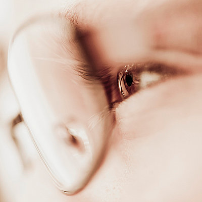 Close-up of man wearing spectacles - p4268768f by Katja Kircher
