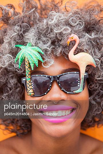 Junge Frau mit crazy Sonnenbrille - p045m2014804 von Jasmin Sander
