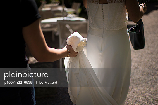 Holding the bride's dress - p1007m2216535 by Tilby Vattard