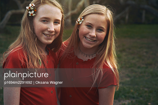 Sisters in red - p1694m2291692 by Oksana Wagner