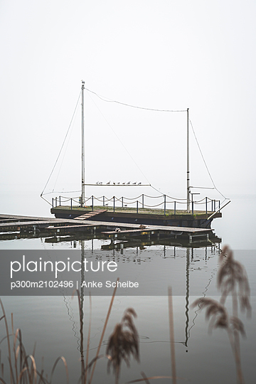 Germany, Brandenburg, Rangsdorfer See, pier and sailing boat - p300m2102496 by Anke Scheibe