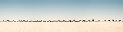 Lange Reihe von Strandkörben am Strand von Norddorf auf der Nordseeinsel Amrum - p1162m1502387 von Ralf Wilken