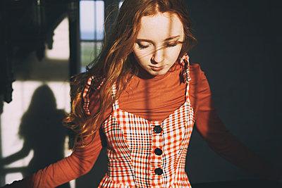 Schönes Mädchen im Wind - p1694m2291638 von Oksana Wagner