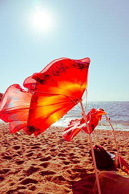 Kaputter Sonnenschirm am Strand  - p432m2013410 von mia takahara
