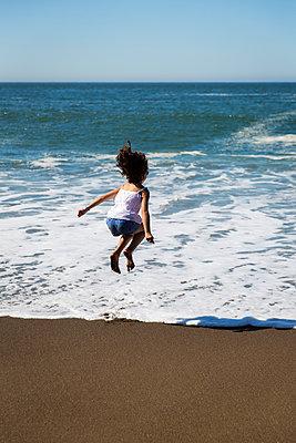 Fröhliches Kind am Strand - p756m1214658 von Bénédicte Lassalle