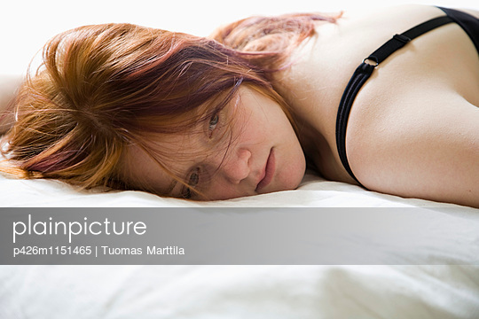 Girl lying on bed - p426m1151465 by Tuomas Marttila