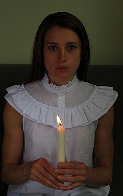 Frau hält Kerze - p045m1169484 von Jasmin Sander