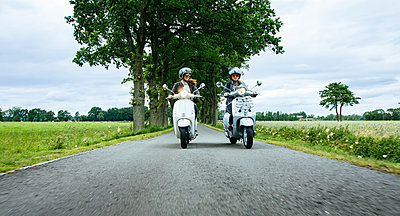 Young girls riding scooter on country road - p1053m1463162 von Joern Rynio