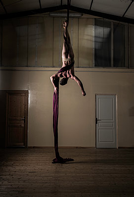 Naked man hanging from the ceiling - p1139m1503071 by Julien Benhamou