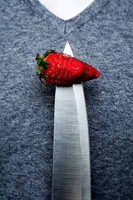 Messer mit Erdbeere - p1221m1133055 von Frank Lothar Lange