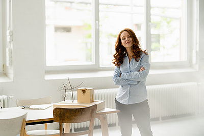 Portrait of redheaded woman with architectural model in a loft - p300m2140329 by Kniel Synnatzschke