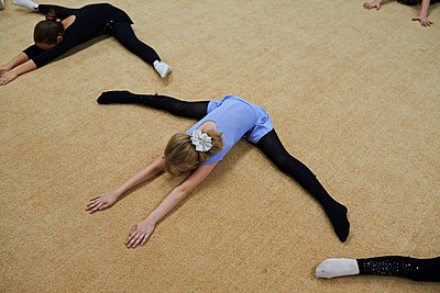 Mädchen beim Balletttraining - p390m1092831 von Frank Herfort