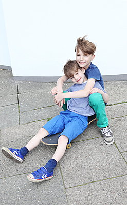 Brotherly love - p045m912825 by Jasmin Sander