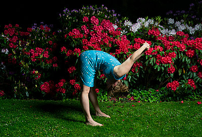 Woman and rhododendron at night - p1132m925557 by Mischa Keijser