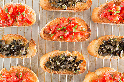 Bruschetta with tomatoes and black olives - p1149m1119813 by Yvonne Röder