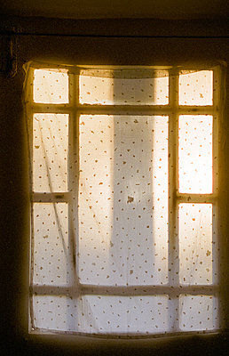 Morning sun shining through window curtain - p1418m1559107 by Jan Håkan Dahlström