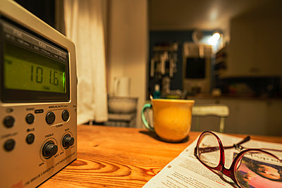 Radio, cup and glasses on table - p1418m1572253 by Jan Håkan Dahlström