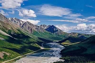 Flussverlauf in einem Gebirge - p1455m2204832 von Ingmar Wein