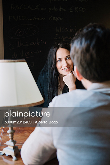 Elegant couple talking in a cafe - p300m2012409 von Alberto Bogo