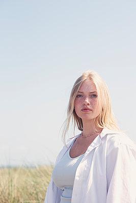 Young woman at the sand dunes - p1323m2291936 von Sarah Toure