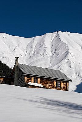 Almhütte in den Bergen - p260m900879 von Frank Dan Hofacker