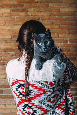 Back view of woman with Russian Blue on her shoulder - p300m1191438 by Gemma Ferrando