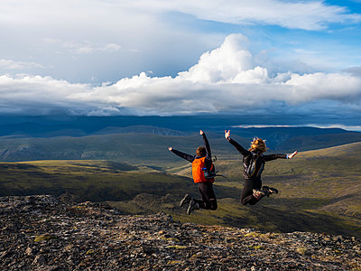 Two women exploring the mountains and wilderness of the Yukon. Feeling alive and vibrant in the beautiful scenery around Haines Junction; Yukon, Canada - p442m2039304 by Robert Postma