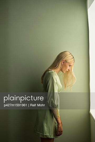 Blonde Frau - p427m1591961 von R. Mohr