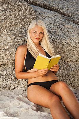 vom Buch aufschauen - p045m1446170 von Jasmin Sander