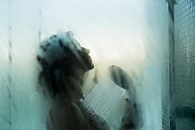 Träumen in der Dusche - p081m1122596 von Alexander Keller