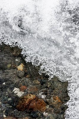 Frost auf Bergbach - p248m1181558 von BY