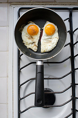 Two sunny side up fried eggs in a pan on an oven;Aguascalientes aguascalientes mexico - p442m767707f by Thomas Fricke