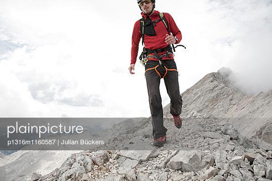 Mann läuft über den Jubiläumsgrat, Garmisch-Patenkirchen, Bayern, Deutschland - p1316m1160587 von Julian Bückers